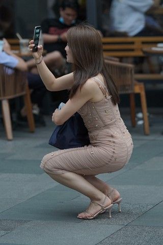 吊带包臀裙辣妈爱拍照